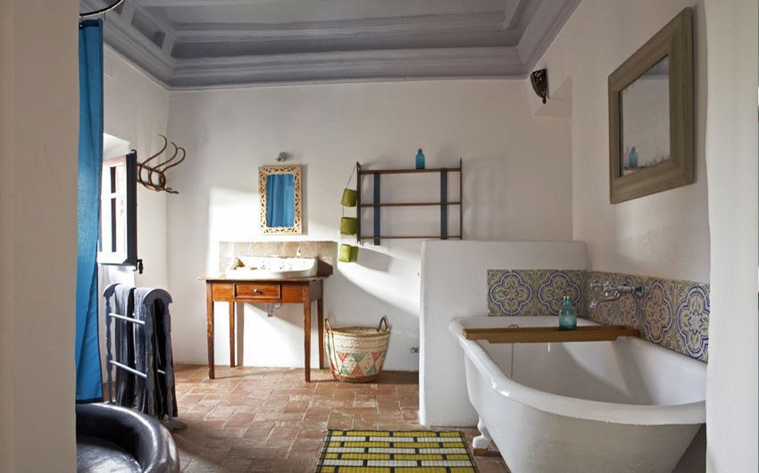 Costa Brava Hideaway Holiday House Bedroom with an Ensuite Bathroom with The Little Voyager