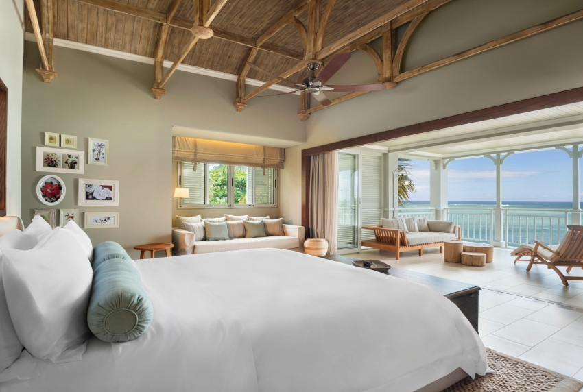 Room with big bed and sea view